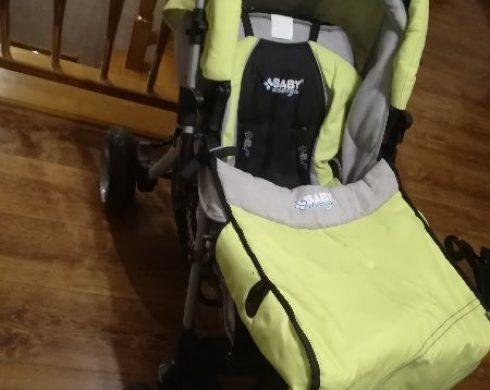 Pani Cecylia podaruje dziecięcy wózek